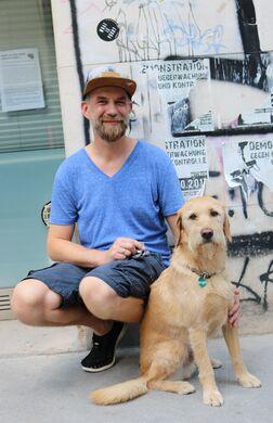 Sozialarbeiter Martin mit Hund Santa
