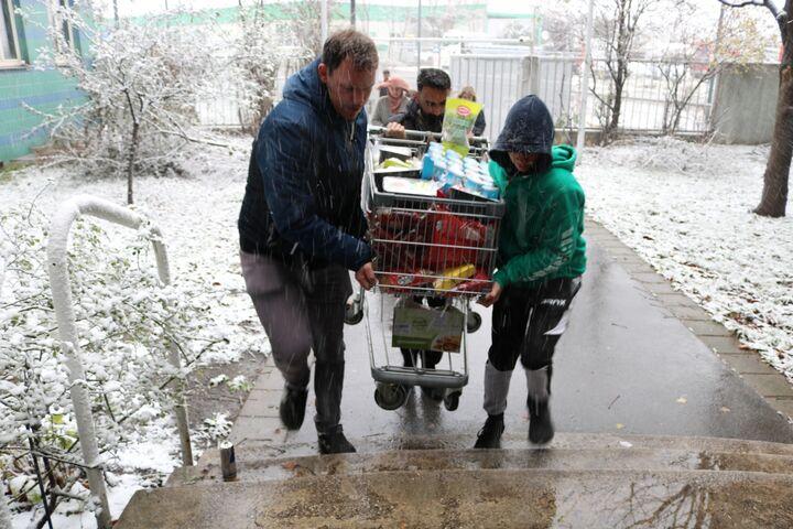 Beim Einkauf der Lebensmittel für den Aktionstag im Obdach Gänsbachergasse trotzen die Azubis Wind und Wetter. (Bild: FSW)