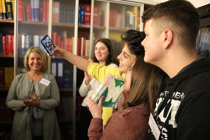 Die Lehrlinge dokumentieren ihren Sieg. (Bild: FSW)