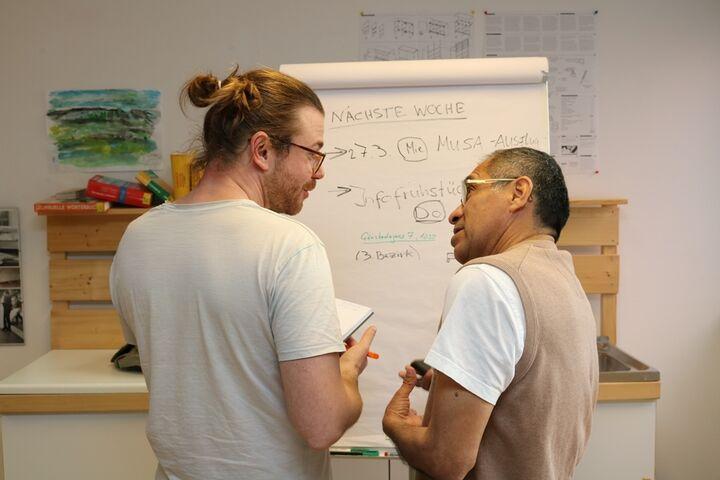 Sozialarbeiter und Nutzer besprechen die Aktivtäten der nächste Woche (Bild: FSW)