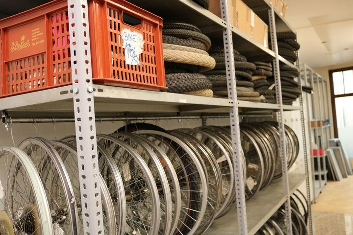 Räder und Reifen liegen bereit. (Bild: FSW)