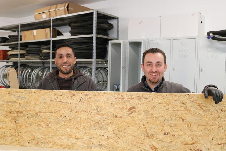 Zwei Radmechaniker in der Werkstatt. (Bild: FSW)
