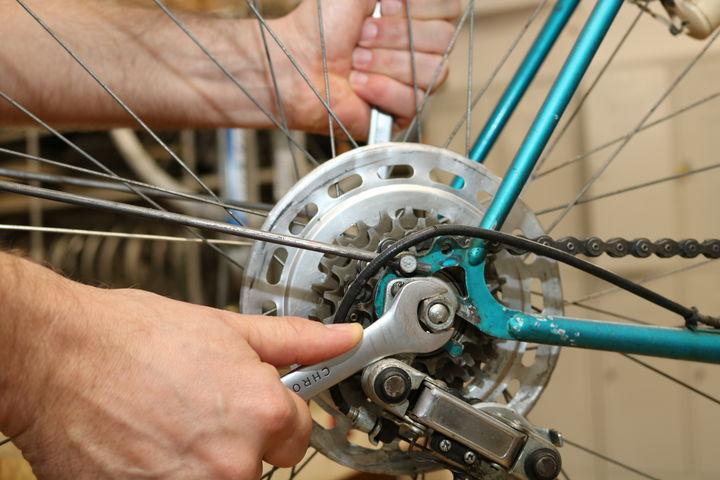 In der Bike Kitchen Favorita wird geschraubt. (Bild: FSW)