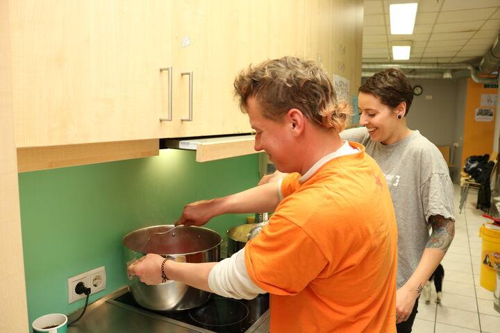 Nutzer Dennis und Sozialarbeiterin Karo rühren fleißig (Bild: FSW)