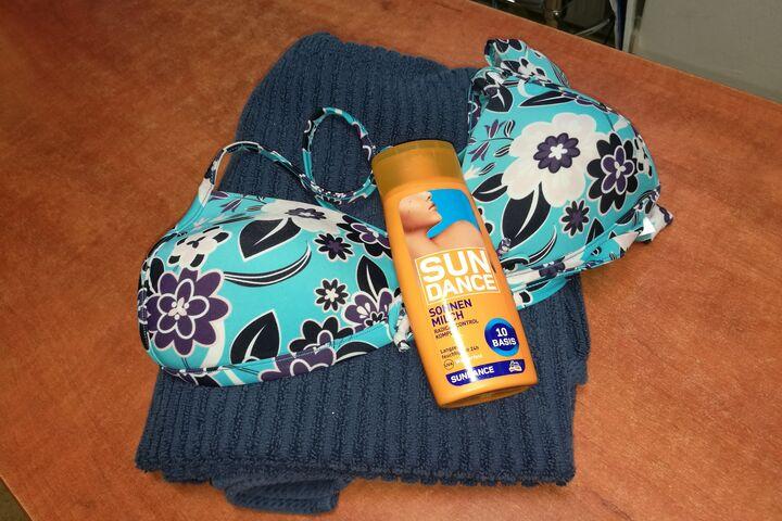 Auch Badesachen und Sonnencremes werden an die Frauen verteilt