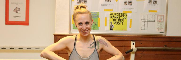 Im Fitnessraum des Chancenhauses Obdach Wurlitzergasse wird mit Trainerin Jasmin trainiert. (Bild: FSW)