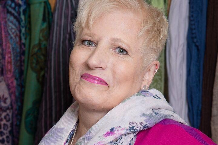 Brigitte strahlt mit neuer Frisur und dezentem Make-up. (Bild: Claudia Spieß e.U. Die Ablichterei)