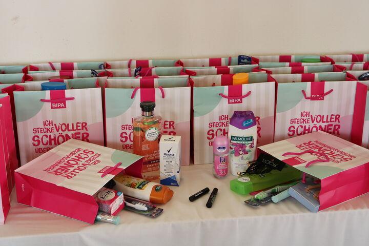 Die Kosmetikspenden von BIPA stehen bereit. (Bild: FSW)