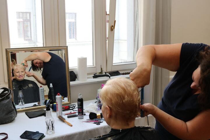 Voller Einsatz für die perfekte Frisur. (Bild: FSW)