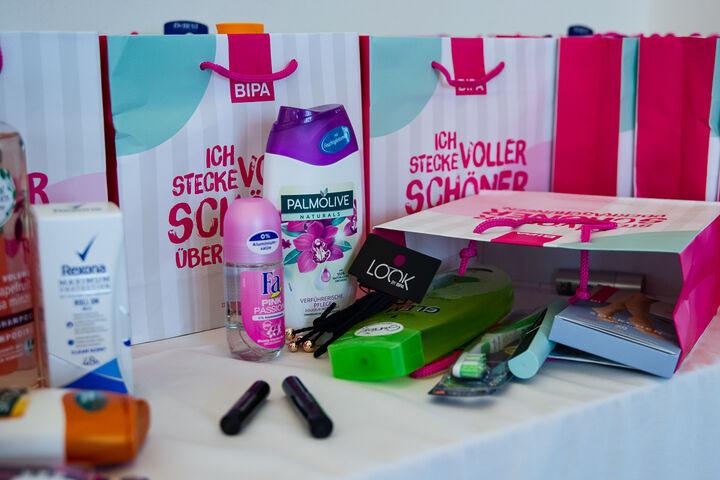 BIPA spendete Säckchen voller Kosmetik- und Schminkartikel. (Bild: Ablichterei e.U. Claudia Spieß)