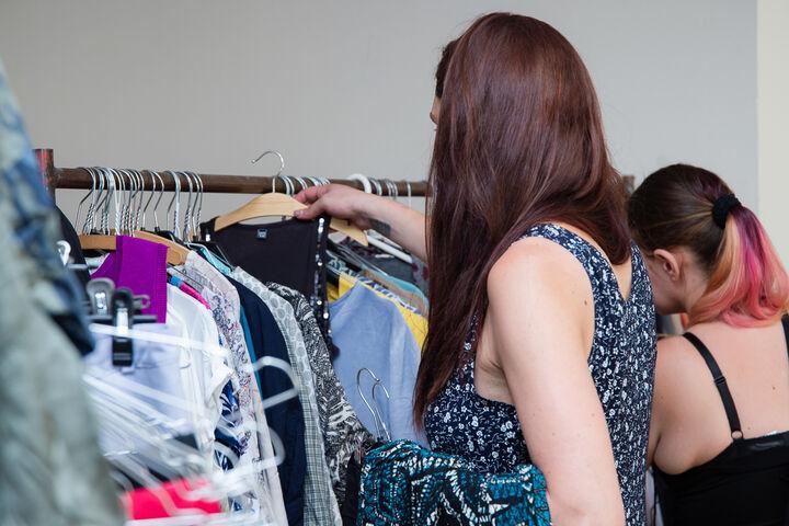 Sabrina sucht sich neue Kleidungsstücke aus. (Bild: Ablichterei e.U. Claudia Spieß)
