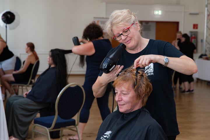 Alle freiwillige Friseurinnen- und Visagistinnen arbeiteten auf Hochtouren. (Bild: Ablichterei e.U. Claudia Spieß)