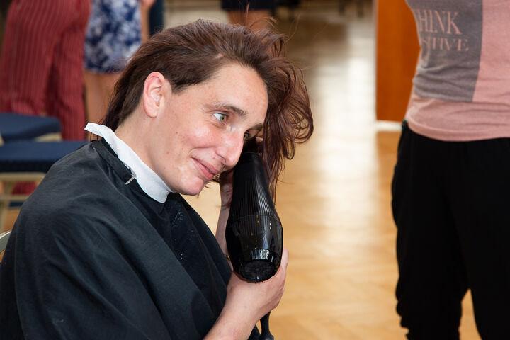 Schnell föhnen, bevor die neue Haarfarbe eingearbeitet wird. (Bild: Ablichterei e.U. Claudia Spieß)