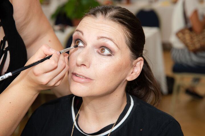 Das Make-up wird gekonnt aufgetragen. (Bild: Ablichterei e.U. Claudia Spieß)