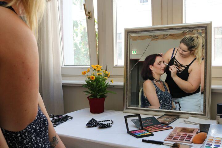 Ein frisches Make-up für Sabrina. (Bild: FSW)