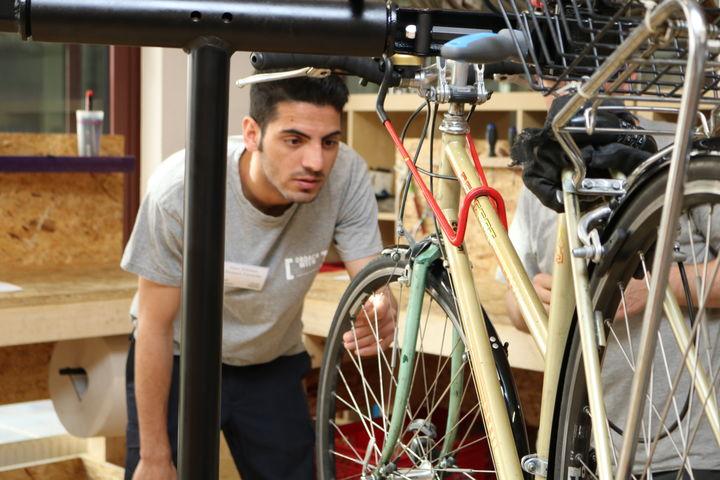 Omid ist hoch konzentriert bei der Arbeit. (Bild: FSW)