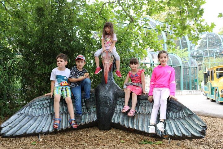 Gleich mehrere Kinder nutzten den Riesenvogel zum Spielen. (Bild: FSW)