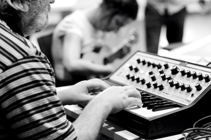Jedes Klanginstrument wird ausprobiert. (Bild: Nick Mangas)