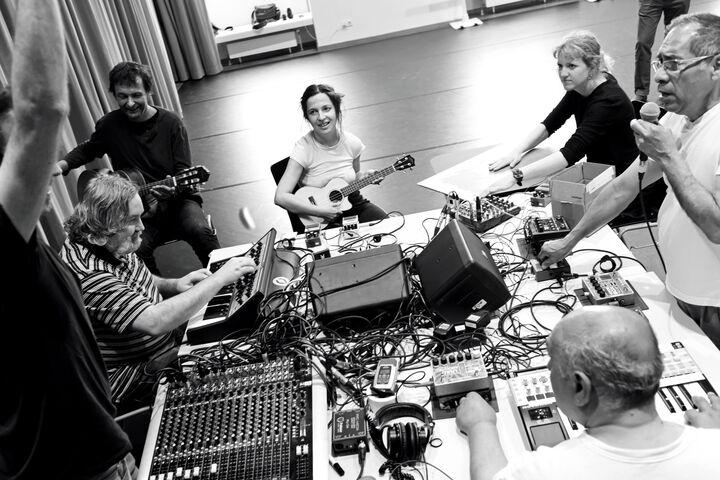 Der Sound wird zusammen kreiiert. (Bild: Nick Mangas)