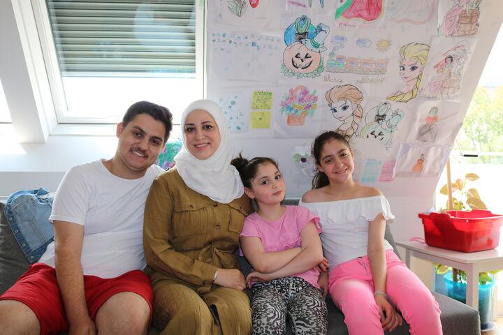 Familie J. im Gemeinschaftsraum (Bild: FSW)