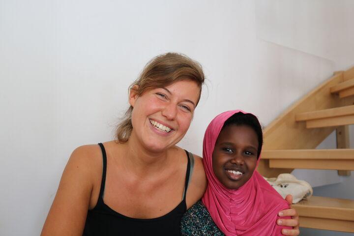 Katharina Dungl und eine Schülerin (Bild: FSW)