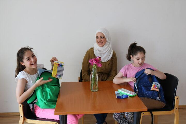 MutterJomana freuen sich über die neuen Schulsachen (Bild: FSW)