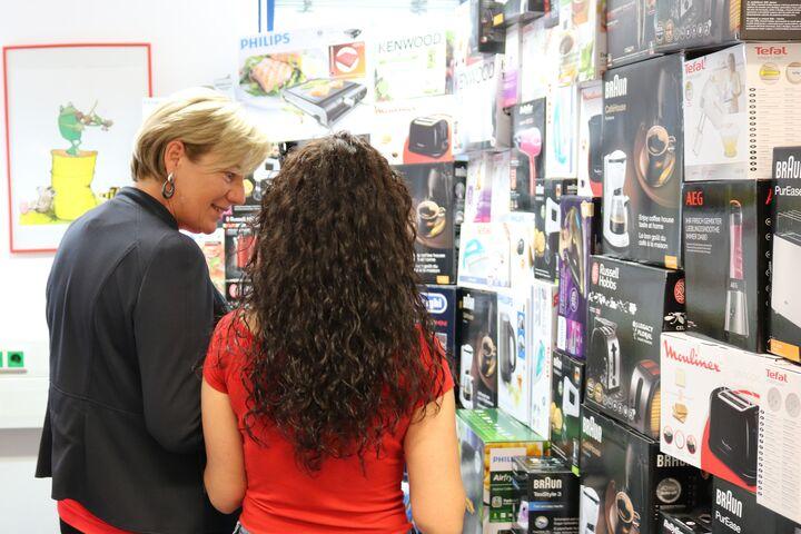 Eine Vertreterin von FEEI berät Frau K. bei der Auswahl. (Bild: FSW)