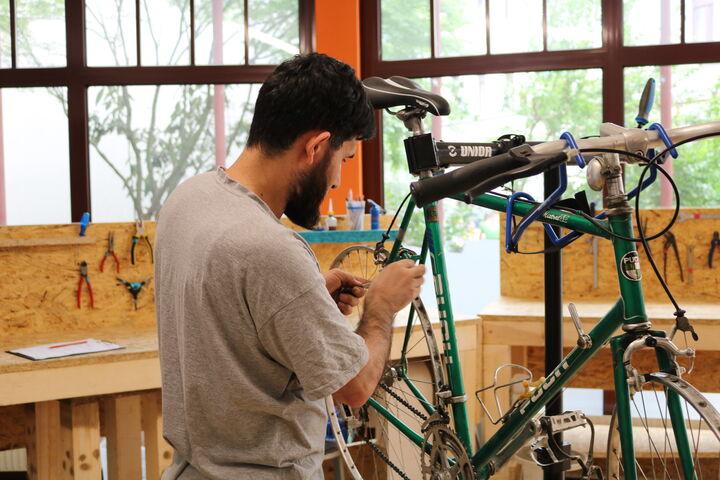 Die Fahrradmechaniker in der Bike Kitchen Favorita machen jedes Rad wieder fit. (Bild: FSW)