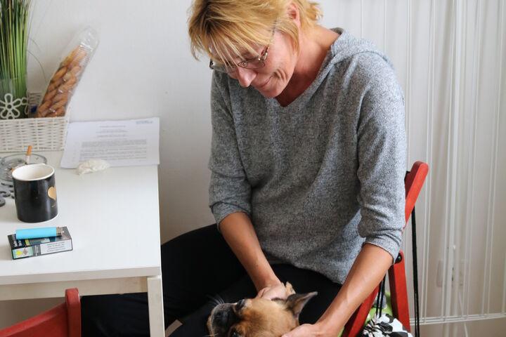 Brigitte H. mit Lilly, dem Familienhund. (Bild: FSW)