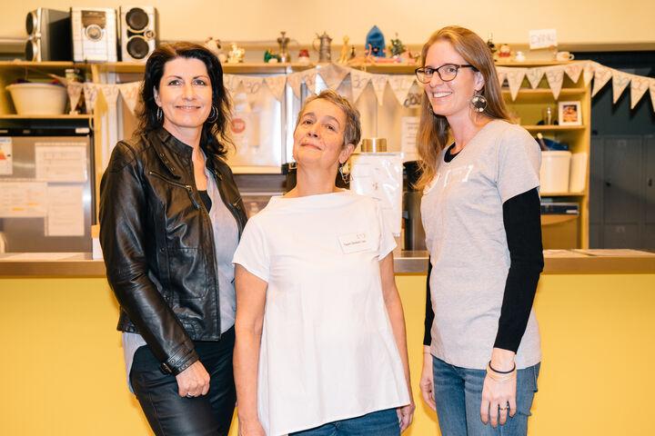 Doris Czamay (Geschäftsführerin Obdach Wien), Nora Kobermann (Teamleitung Tageszentrum Obdach Josi) und Claudia P. (Freiwillige) posieren stolz im Tageszentrum. (Bild: Thomas Meyer Photography)