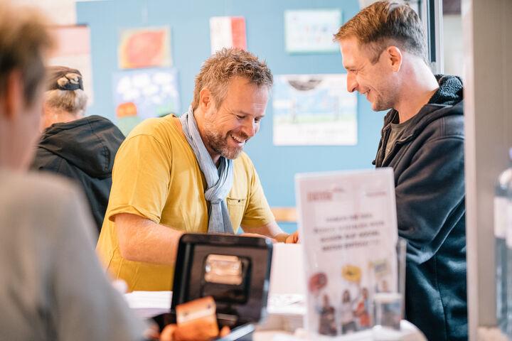 Die Gäste waren spendabel und gaben großzügige Spenden für das Tageszentrum Obdach Josi. (Bild: Thomas Meyer Photography)