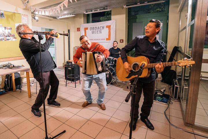 JOSIANNA, eine Band aus obdachlosen Musikern, brachte gleich zu Beginn Schwung in die Feier. (Bild: Thomas Meyer Photography)