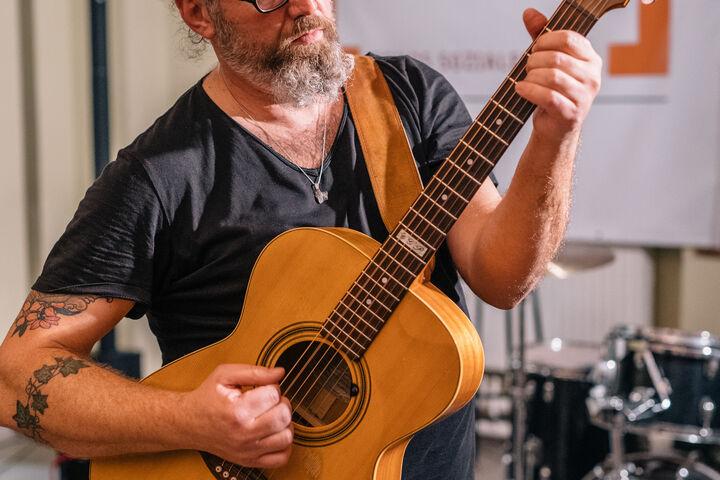 Walter Pucher, Musiker und Teamleiter im Tageszentrum Obdach Josi, spielte ein Set mit wiener Schmäh und Tiefgang. (Bild: Thomas Meyer Photography)
