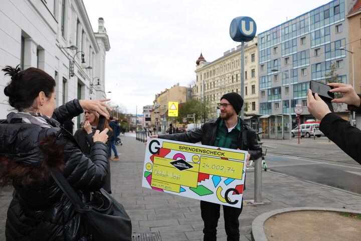 Der Spendenscheck wird gleich begeistert fotografiert. (Bild: FSW)