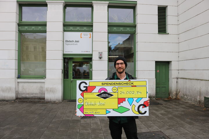 Stefan Fürnkranz von der Gürtel Connection zeigt stolz den Spendenscheck. (Bild: FSW)