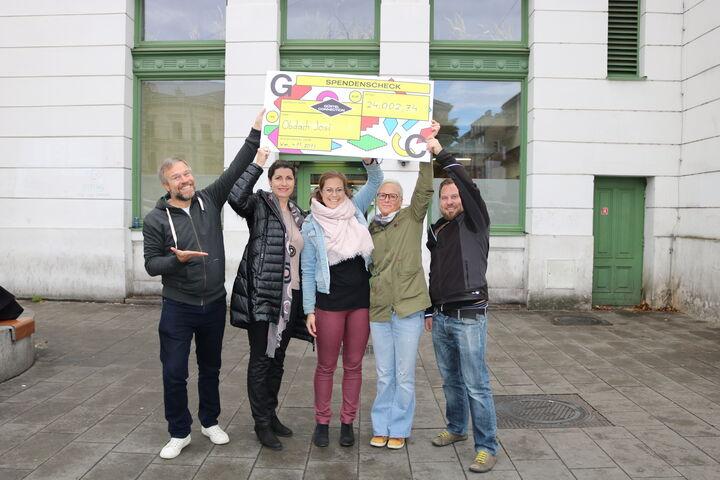Die MitarbeiterInnen von Obdach Wien jubeln. (Bild: FSW)