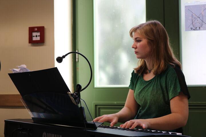 Begleitet wurden Timna und Magdalena durch Keyboarderin Christiane.