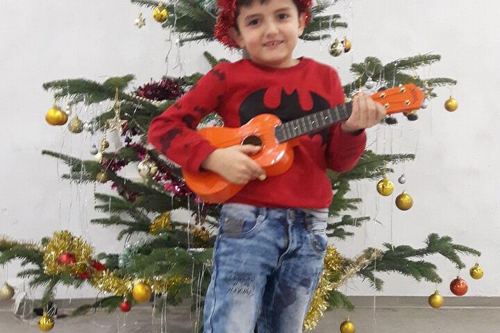 Letztes Jahr war die Freude über die Gitarre unterm Baum riesig. (Bild: FSW)