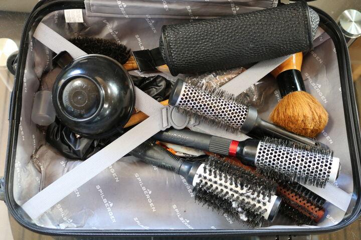 Patricias Frisörkoffer ist immer mit dabei und gepackt mit allen wichtigen Werkzeugen. (Bild: FSW)