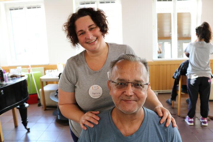 Herr T. und Patricia strahlen nach der Komplettveränderung in die Kamera. (Bild: FSW)