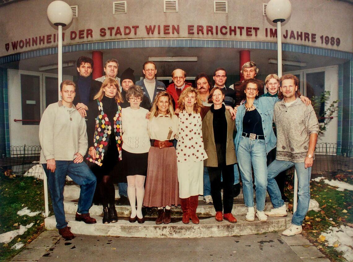 Lang ist's her: Das Team des Obdach Gänsbachergasse (in der 1. Reihe, 2. v. r., Monika Wintersberger-Montorio) bei der Eröffnung. (Bild: FSW)
