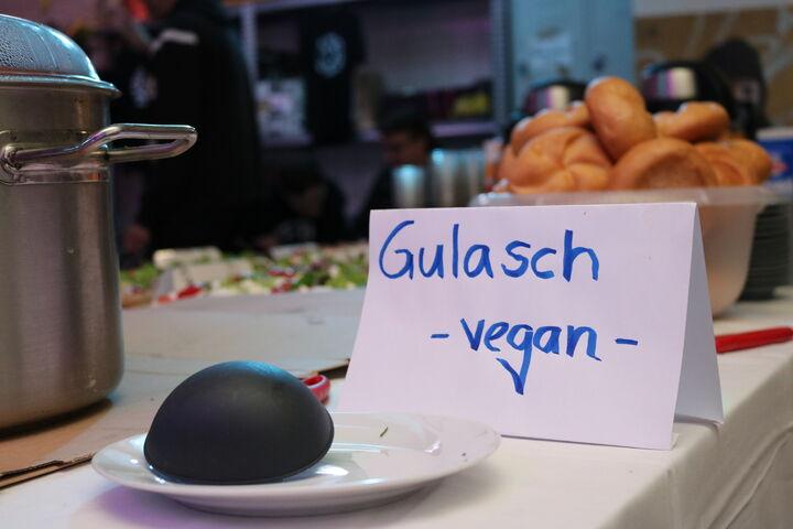 Die Gäste stärkten sich an dem von der Kochgruppe zubereiteten Gulasch. (Bild: FSW)