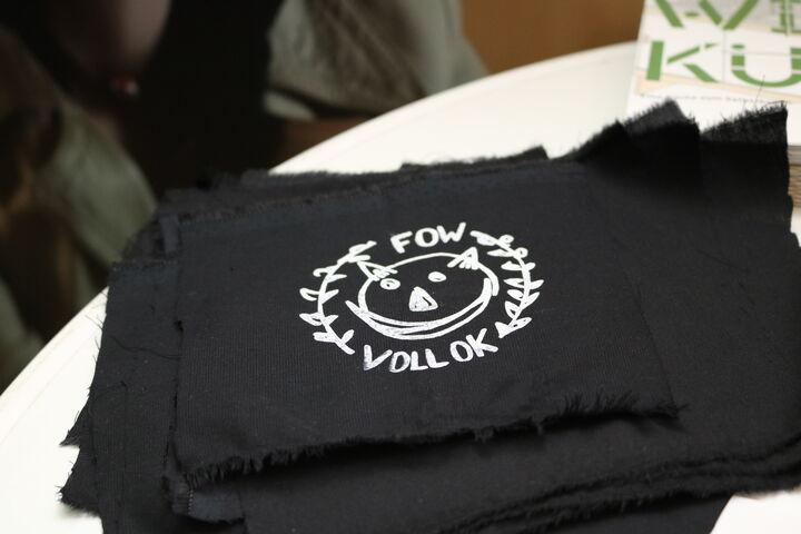 Neben T-Shirts gab es auch Forum Obdach Wien-Aufnäher. (Bild: FSW)