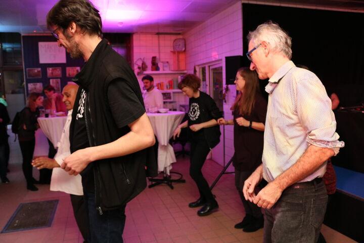 Viele Gäste wollten die Salsa-Tanzschritte lernen. (Bild: FSW)