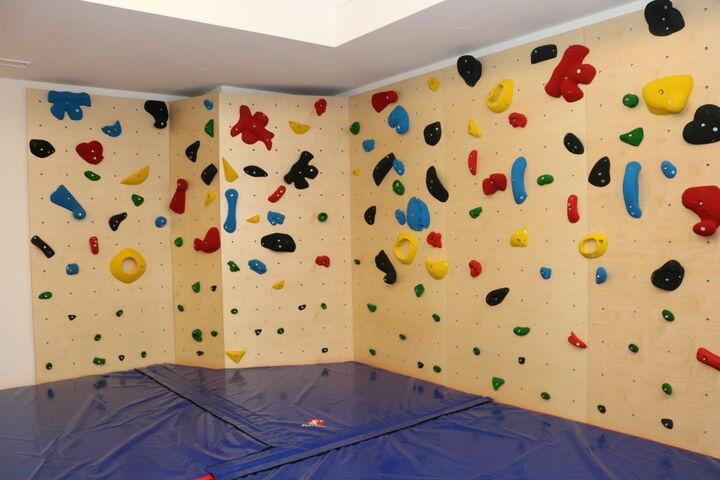 Bei der Eröffnung war die Boulderwand nur einige Sekunden lang leer, dann ging es gleich los. (Bild: FSW)