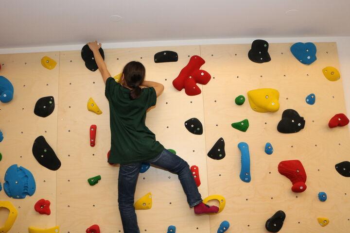 Die bunte Wand lädt zum Klettern ein. (Bild: FSW)