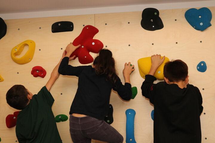 Die Kinder probierten gleich die neue Kletterwand aus. (Bild: FSW)