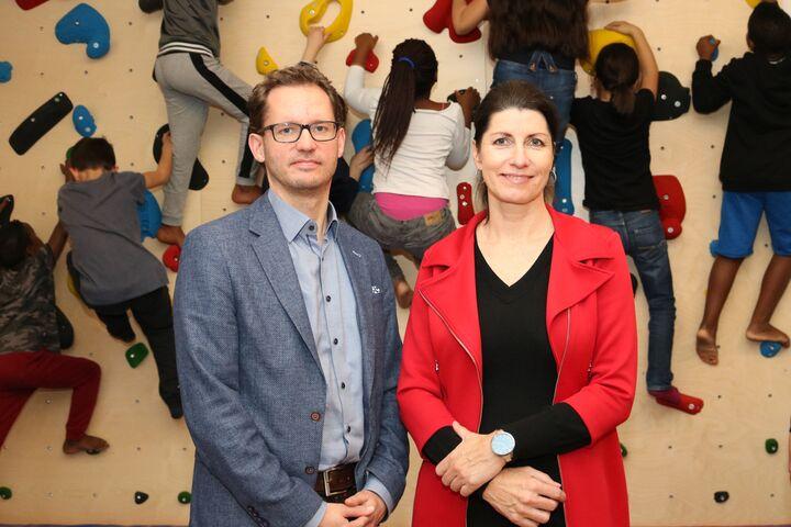 Harald Hobacher, Geschäftsbereichsleitung Wien ÖSTU-STETTIN, und Doris Czamay, Geschäftsführerin von Obdach Wien, vor der neuen Boulderwand. (Bild: FSW)