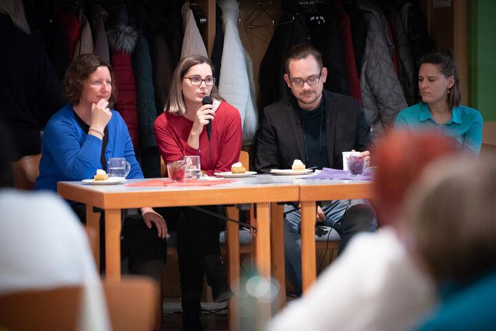 Kibar Dogan (2v.l. ) stellte das Tageszentrum Obdach Ester vor. (Bild: KWP Sarah Bruckner)