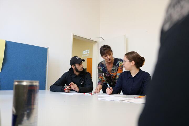 Judith Korvas erarbeitet mit jungen Ehrenamtlichen einen Tag voller Aktivitäten für BewohnerInnen eines Obdach Wien Hauses. (Bild: FSW)